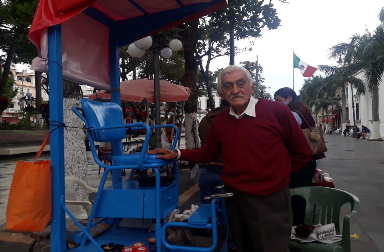 José Luis trabaja de bolero para pagar 15 años de su hija