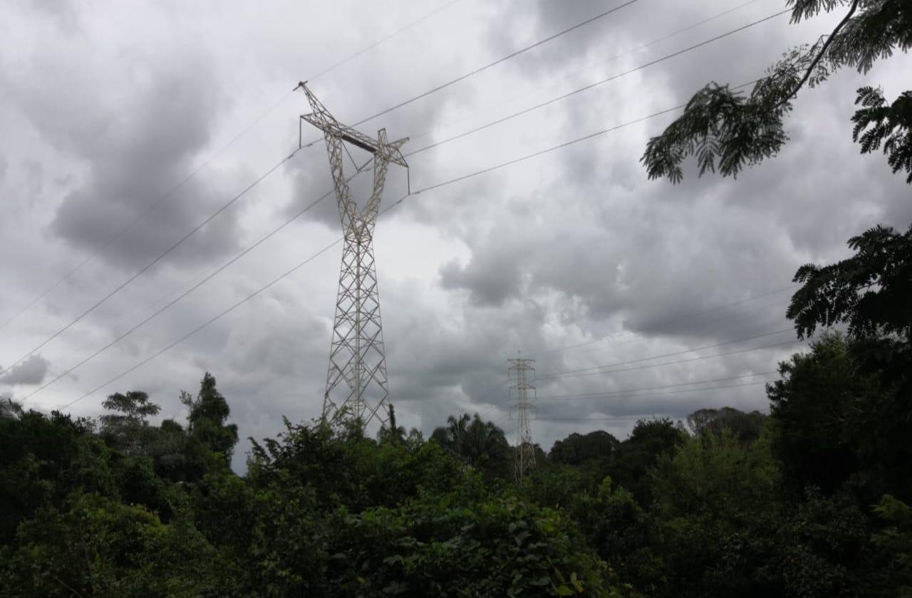 Joven se arroja de torre y muere electrocutado, en Medellín