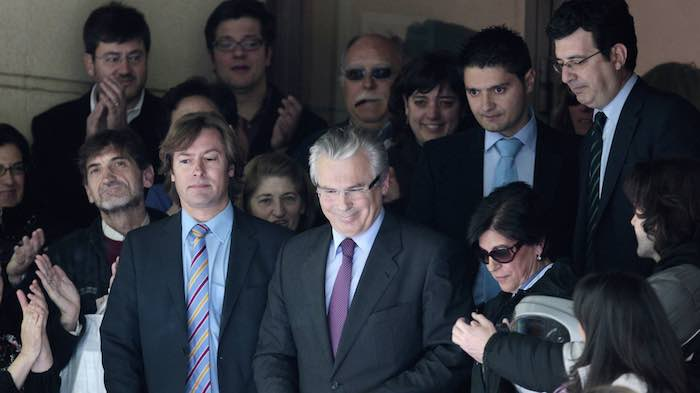 El juez que salvó a Moreira en España antes exoneró a empresa que financia a su amigo Garzón