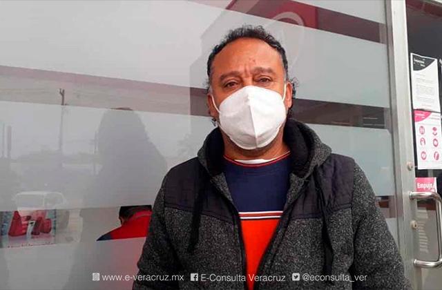 Julio no puede pagar el agua tras perder su empleo en pandemia