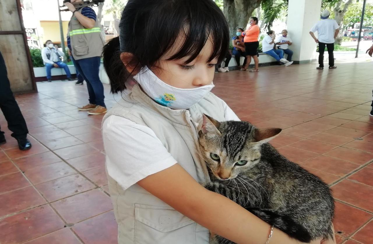 """Kamila llevó a """"Covid"""" a la jornada de vacunación antirrábica"""