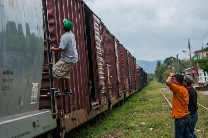 Atacan a migrantes a bordo de La Bestia en Las Choapas