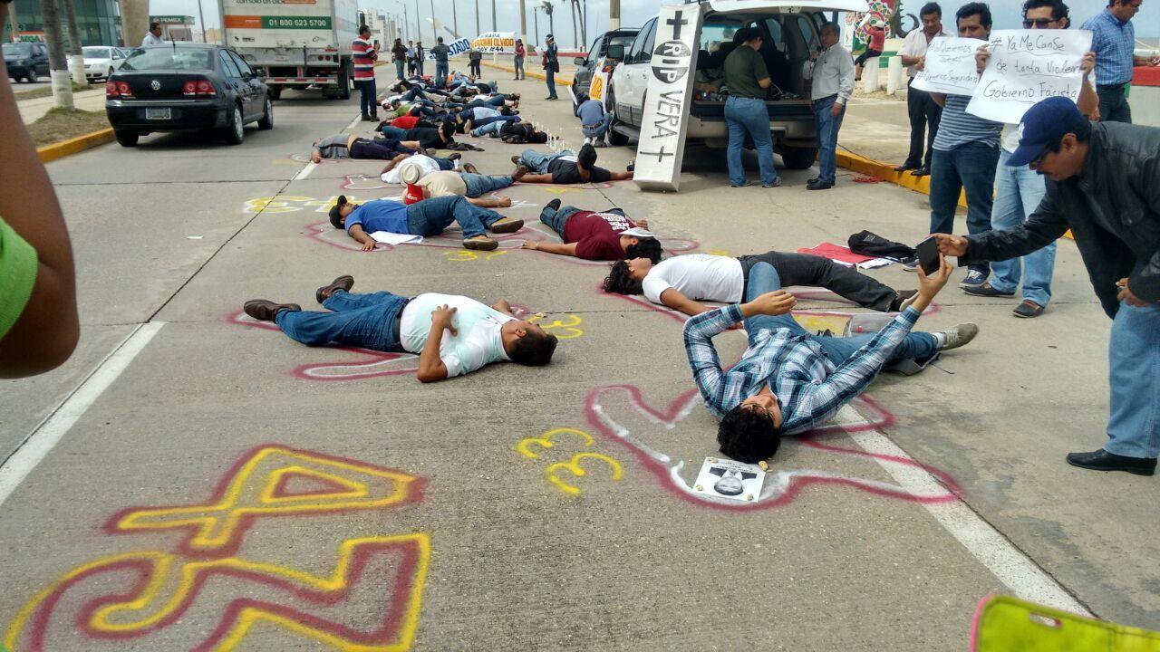 Golpean a manifestantes por Ayotzinapa en Centroamericanos