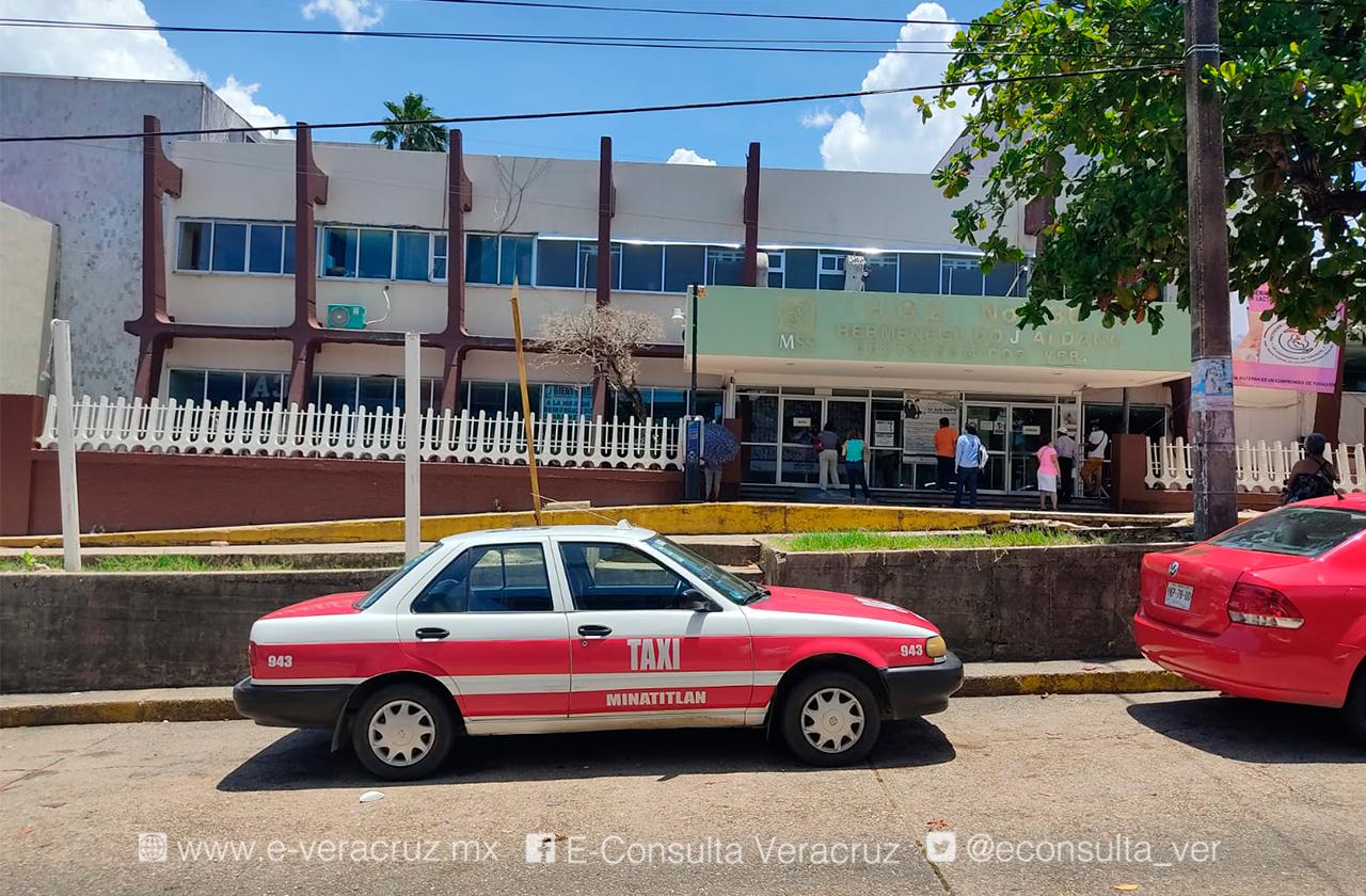 Le pidieron cargar su celular y le roban su taxi frente al IMSS de Coatza