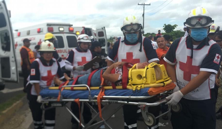 Confirman 25 lesionados por volcadura de autobús en carretera Veracruz- Cardel
