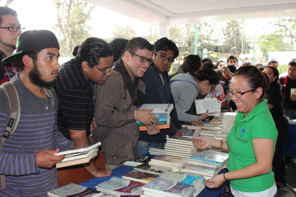 Estudiantes UV celebran remate de libros