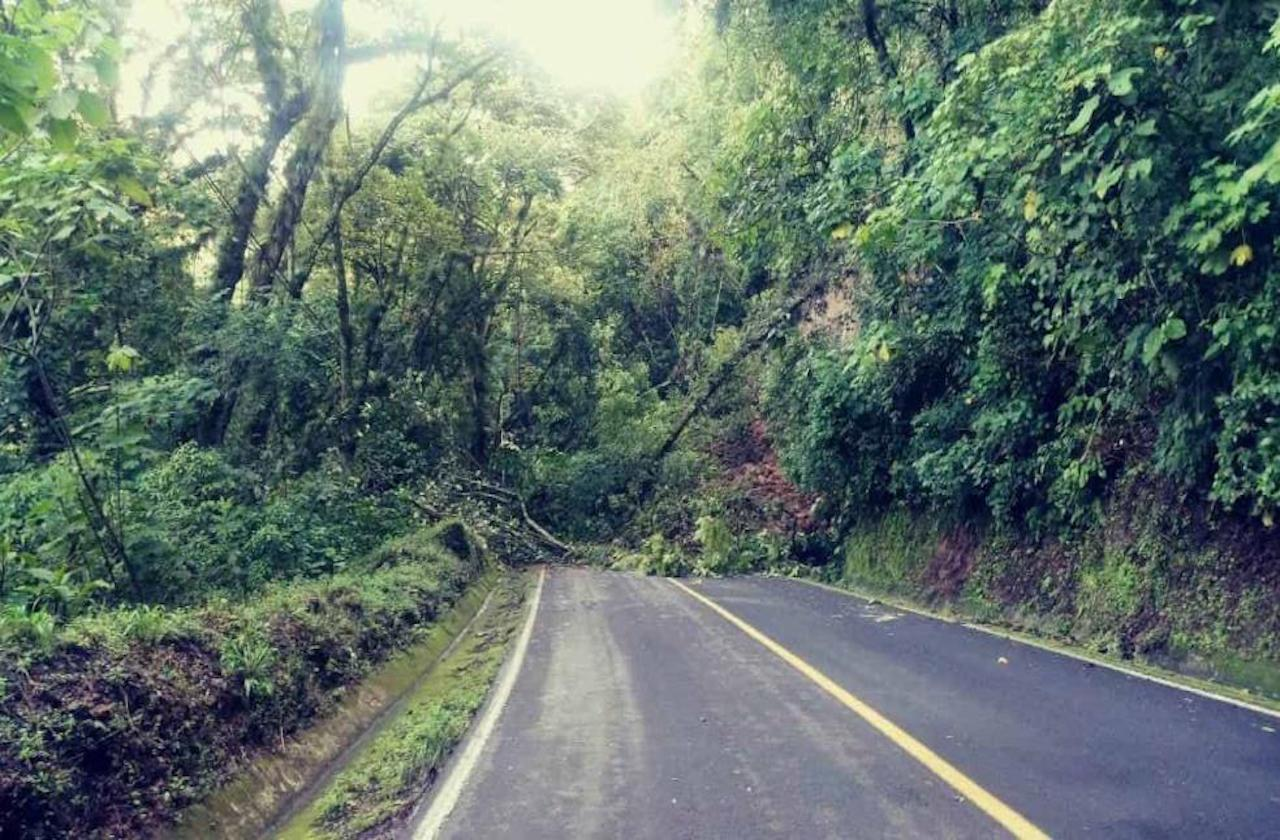 Lluvia provocó deslave que bloquea la Huatusco-Coscomatepec