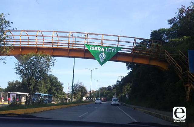 Policías retiran lonas feministas por 28S en Xalapa, acusan