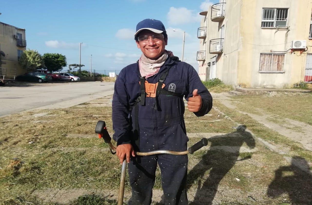 Con beca, Luis compró podadora para trabajar en pandemia