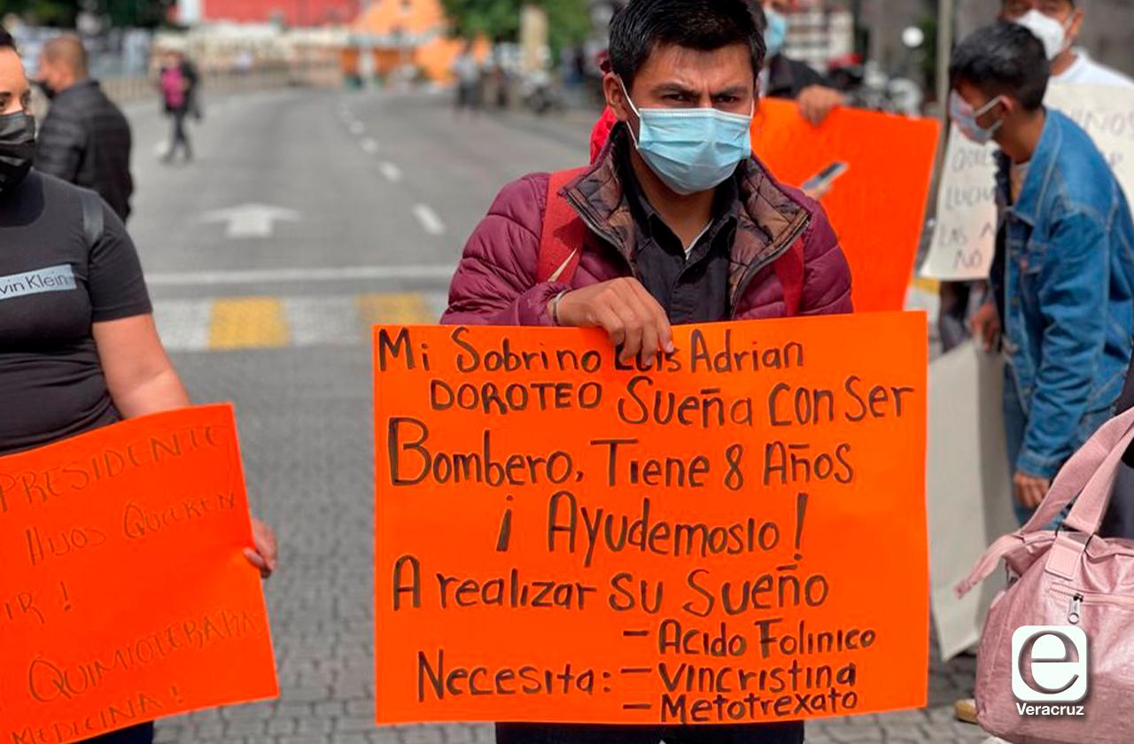 Luis tiene leucemia y su tío sale a protestar por medicinas en Xalapa