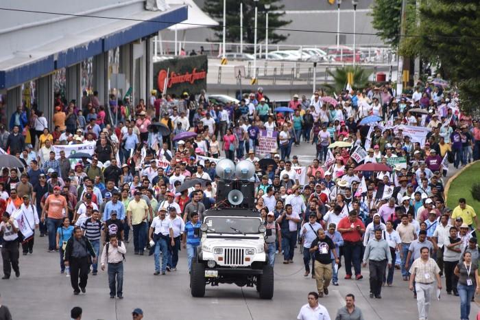 Maestros del MMPV y CNTE marchan contra evaluación magisterial