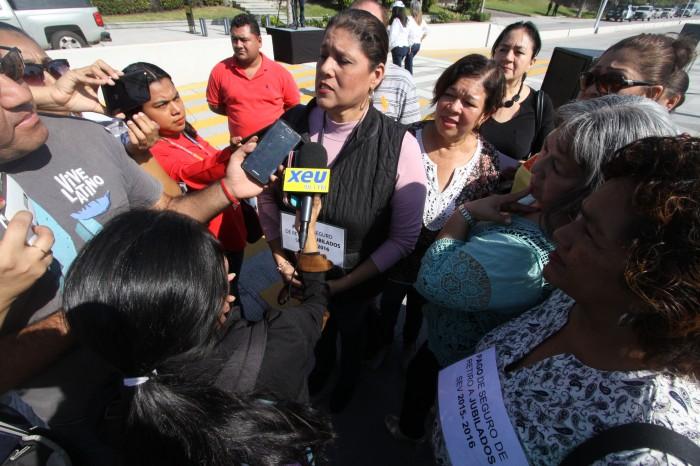Maestros jubilados exigen a Yunes el pago de su seguro de retiro