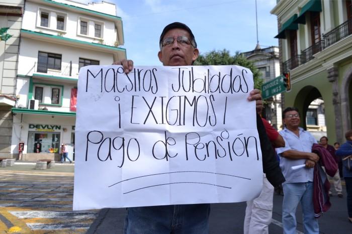 Siguen sin depositar a maestros pensionados de la Sección 56