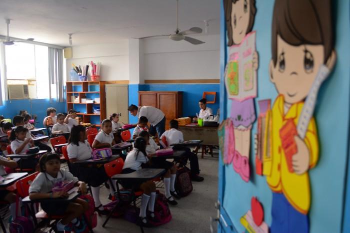 Les deben bonos a más de 13 mil maestros