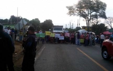 Padres de familia cierran carretera federal Fortín-Xalapa