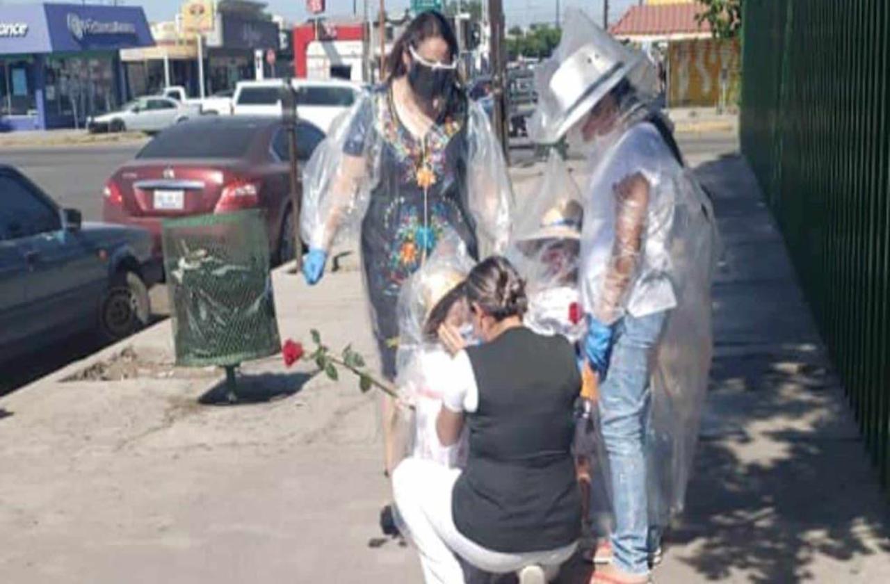 Niñas conmueven al abrazar a su mamá enfermera cubiertas de plástico