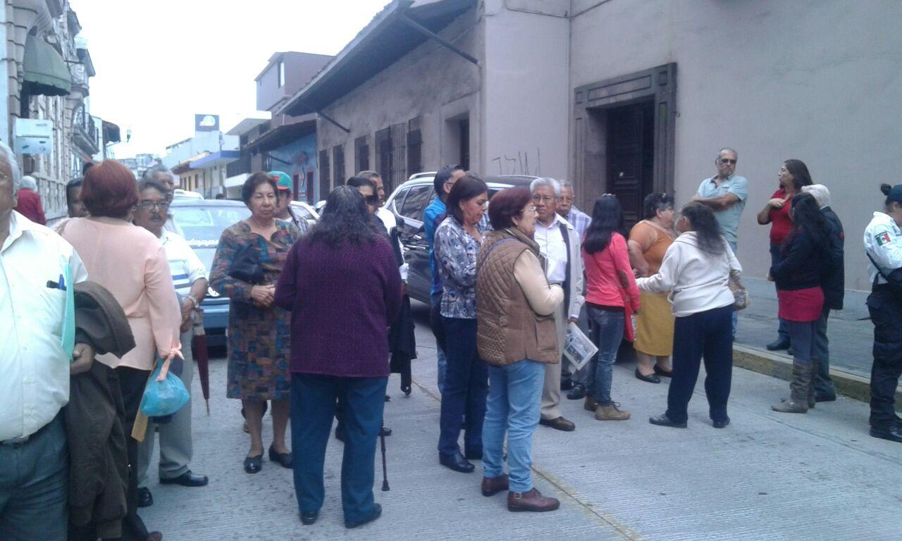 Ante falta de pago, jubilados cierran calle en Xalapa