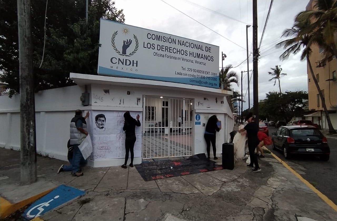 Manifestantes toman CNDH Veracruz de forma simbólica