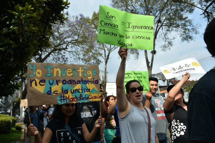 Marchan universitarios contra recortes para investigación