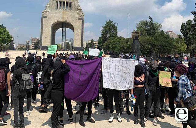 VIDEOS | Marchan feministas al Zócalo bajo fuerte operativo policial