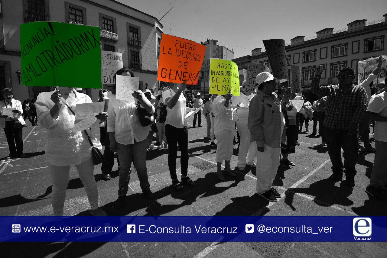 """""""Renuncia AMLO"""", gritan en miniprotesta """"fifí"""" de Xalapa"""