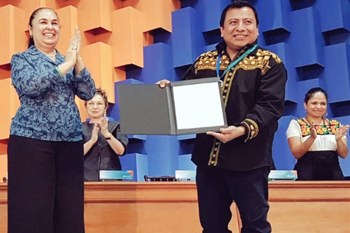 Mardonio Carballo dedica medalla UV a Regina Martínez y Rubén Espinosa