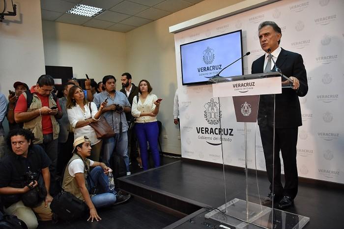 Yunes Linares va contra grupos que vandalizaron gasolineras