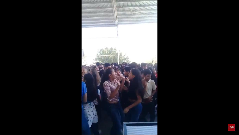 Polémica por video en fiesta escolar cantando 'Mayores'