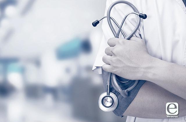 Mandan a médicos cubanos a Minatitlán por covid, estarán tres meses