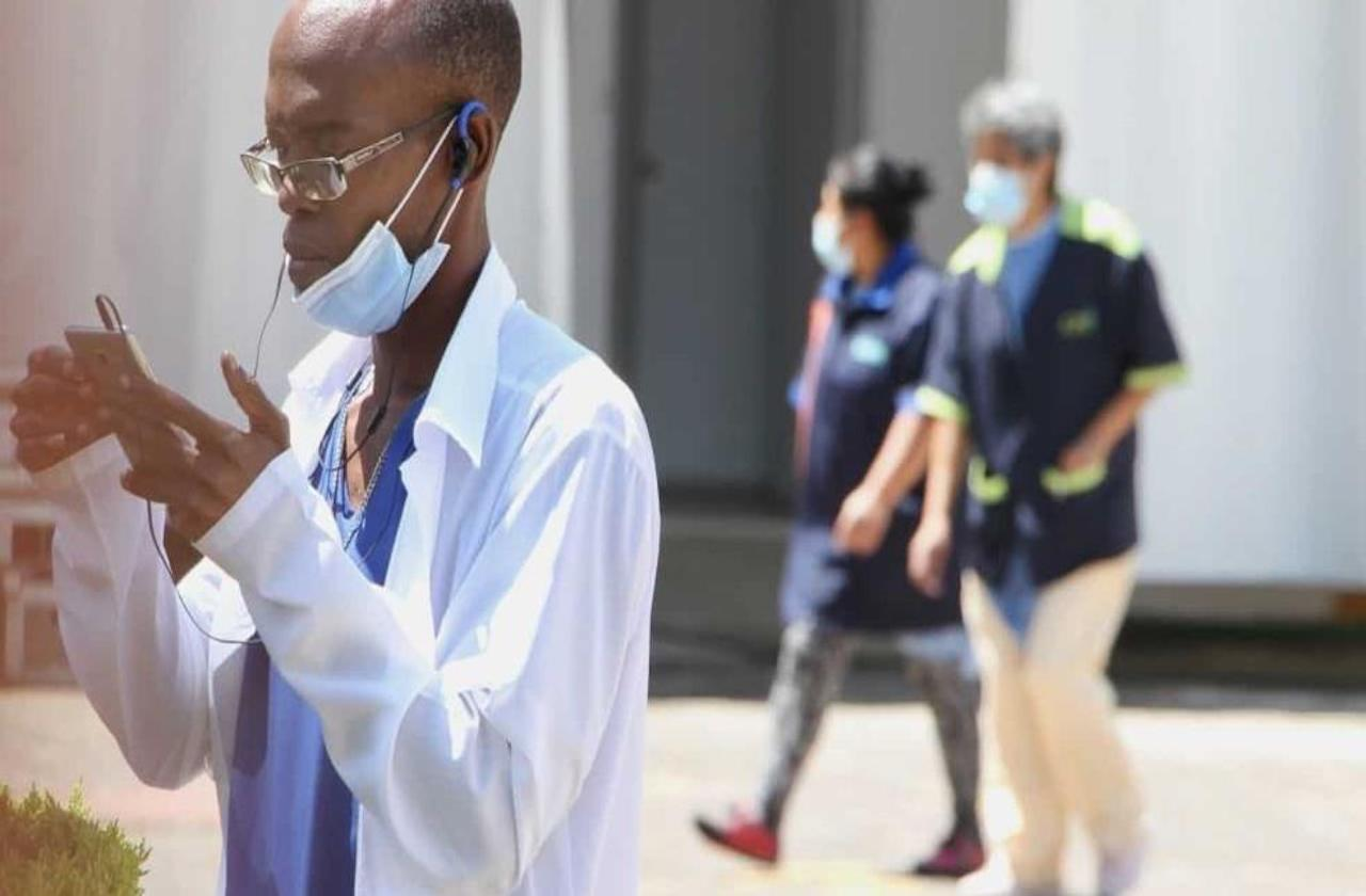 Médicos mexicanos reclaman a AMLO por contratar a cubanos