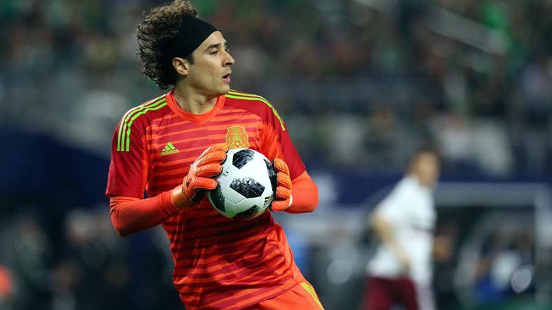 Ochoa, entre los tres mejores porteros: Maradona