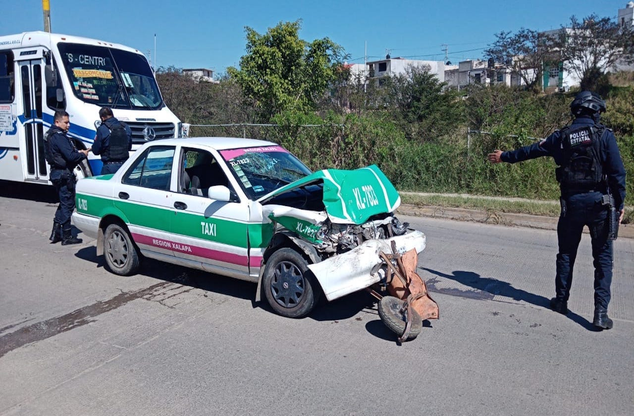 Menores, delicados tras ser atropellados por taxista en Xalapa