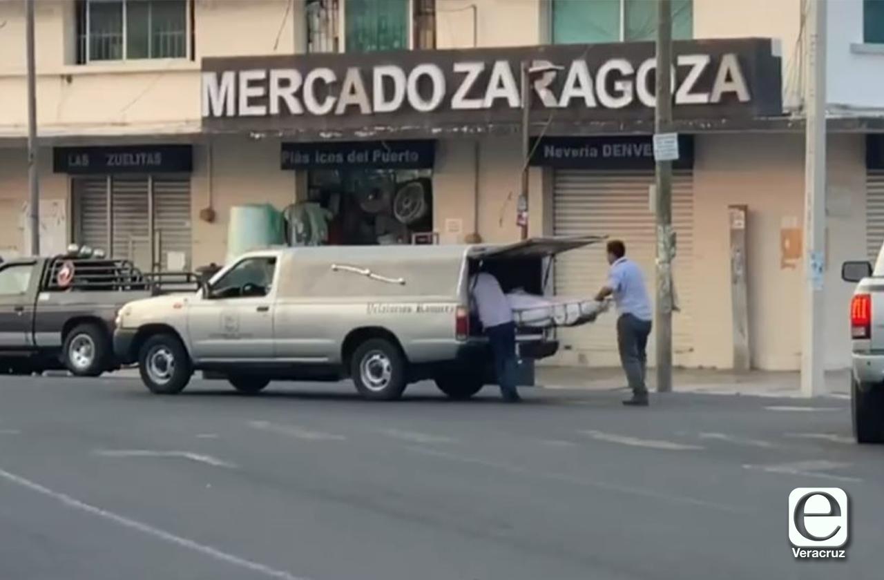 VIDEO | Cadáver cae de carroza frente a mercado de Veracruz
