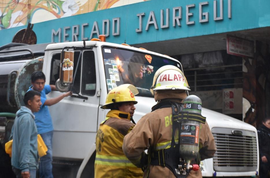 Se registra incendio en mercado Jáuregui; no hay muertos