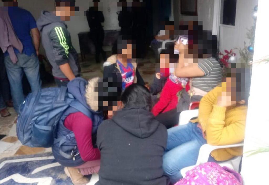 Rescatan a 40 migrantes; hay 5 detenidos