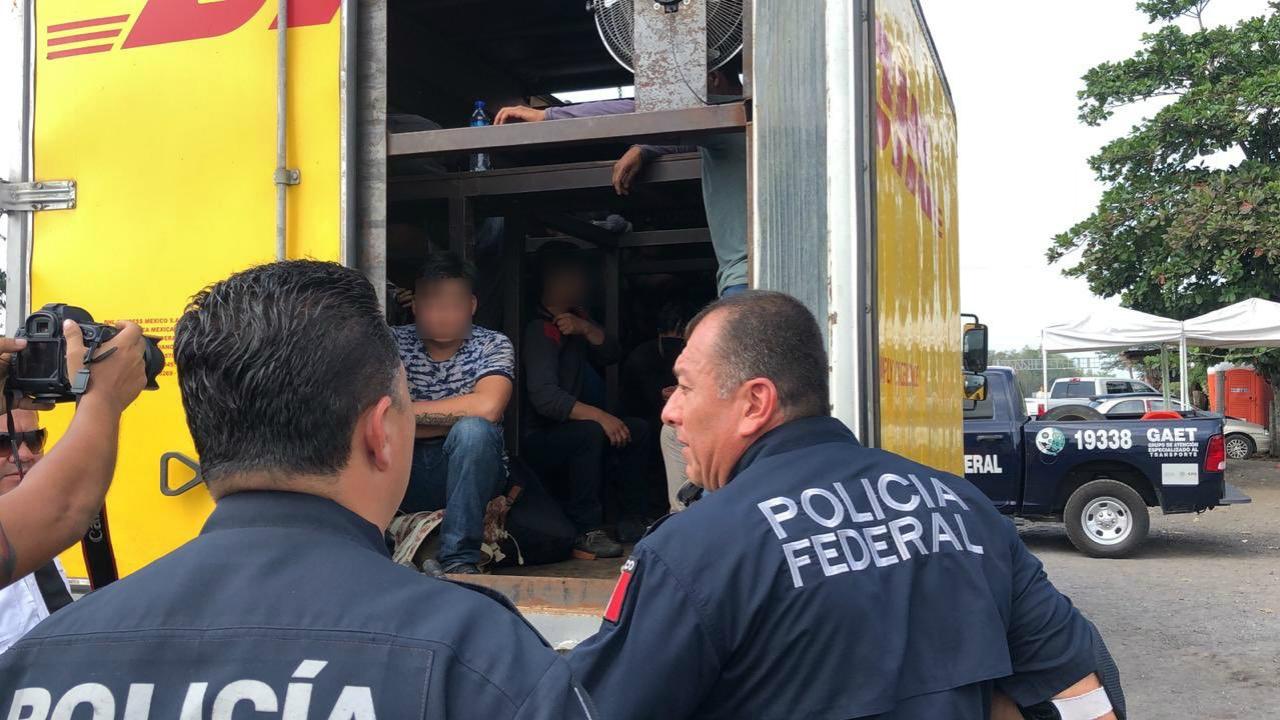 Rescatan a 80 migrantes que eran transportados en camión clonado