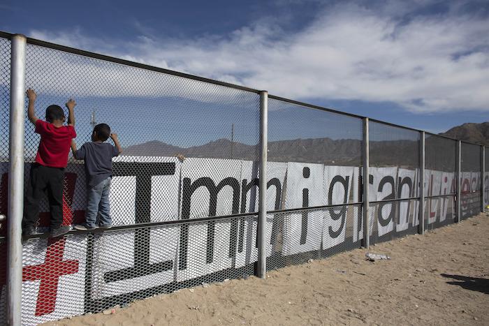 """Migrantes ruegan al Papa que abogue por ellos: """"Nosotros hicimos EU con sudor y sangre"""""""