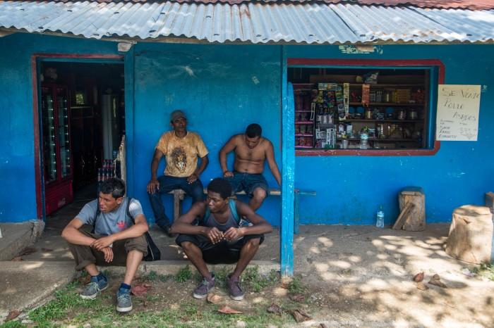 Agentes del INM detienen a migrantes a punta de pistola