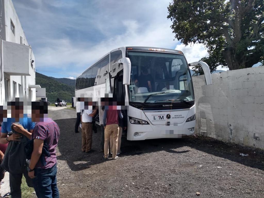 Abandonan en autobuses de turismo a 98 migrantes, en Nogales