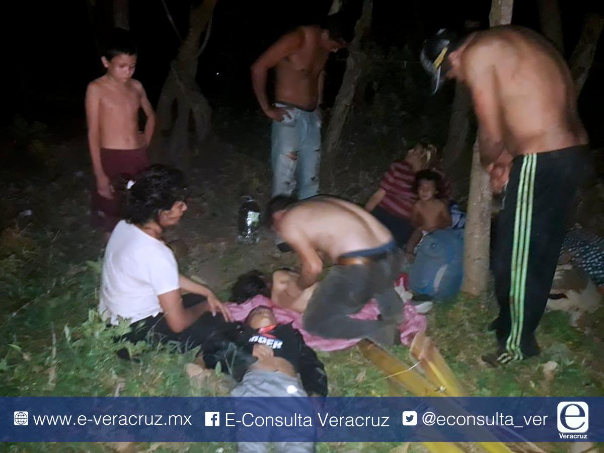 VIDEO: Vuelca tráiler con migrantes en Vega de Alatorre, hay 19 heridos