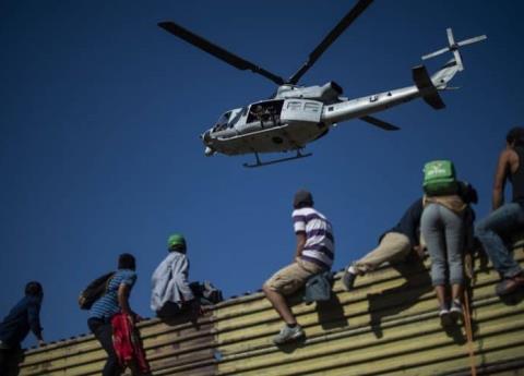 Migrantes cruzan frontera de EU y son detenidos en Tijuana