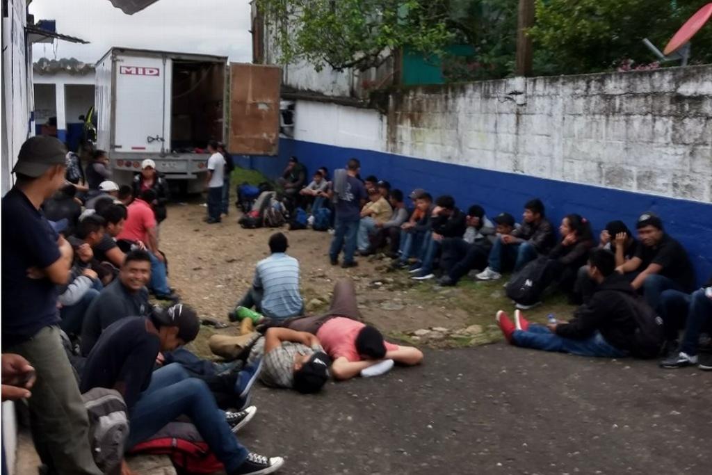 Aseguran camión con 52 migrantes guatemaltecos en Agua Dulce