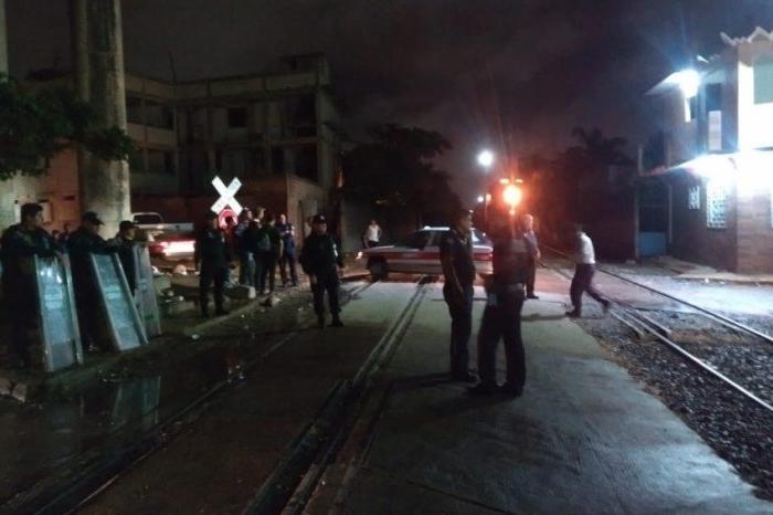 Operativo contra migrantes en Coatzacoalcos, Policía Federal impide que suban al tren