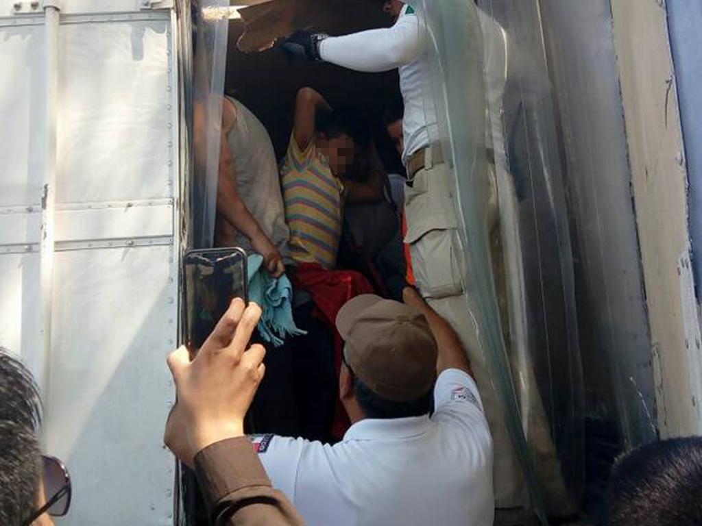 Rescatan a 136 migrantes en Acayucan, Veracruz