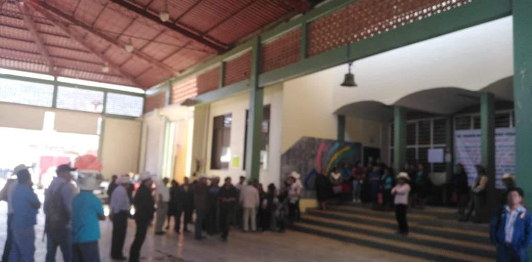 Concejo Municipal de Mixtla frenó protesta de Agentes rompiendo cristales