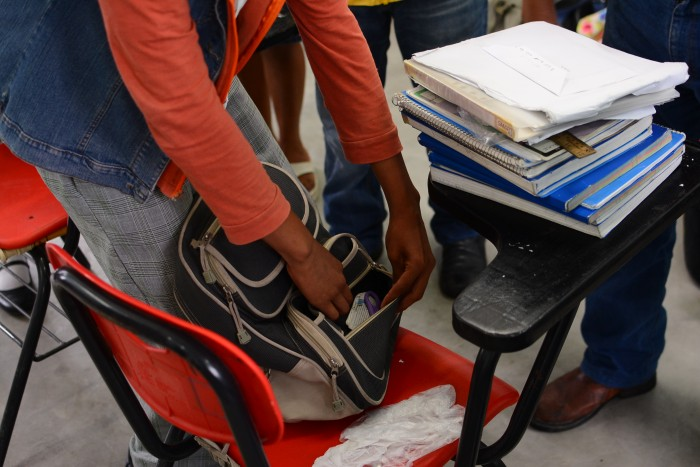 Detectan niño con anfetaminas y arma blanca en su mochila