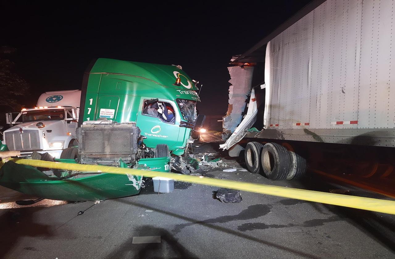 Chófer de tractocamión muere en autopista La Tinaja