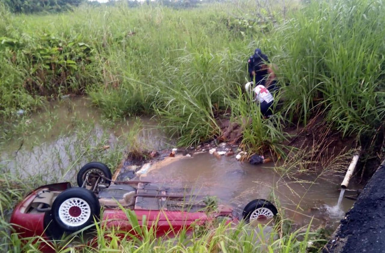 Conductor muere tras caer de puente vehicular, en Nanchital
