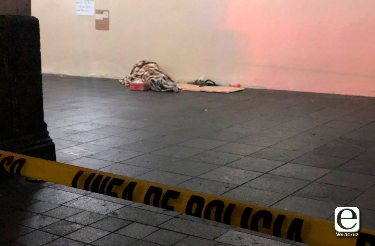 Tras 2 días sin ayuda, muere indigente en bajos de Palacio de Gobierno