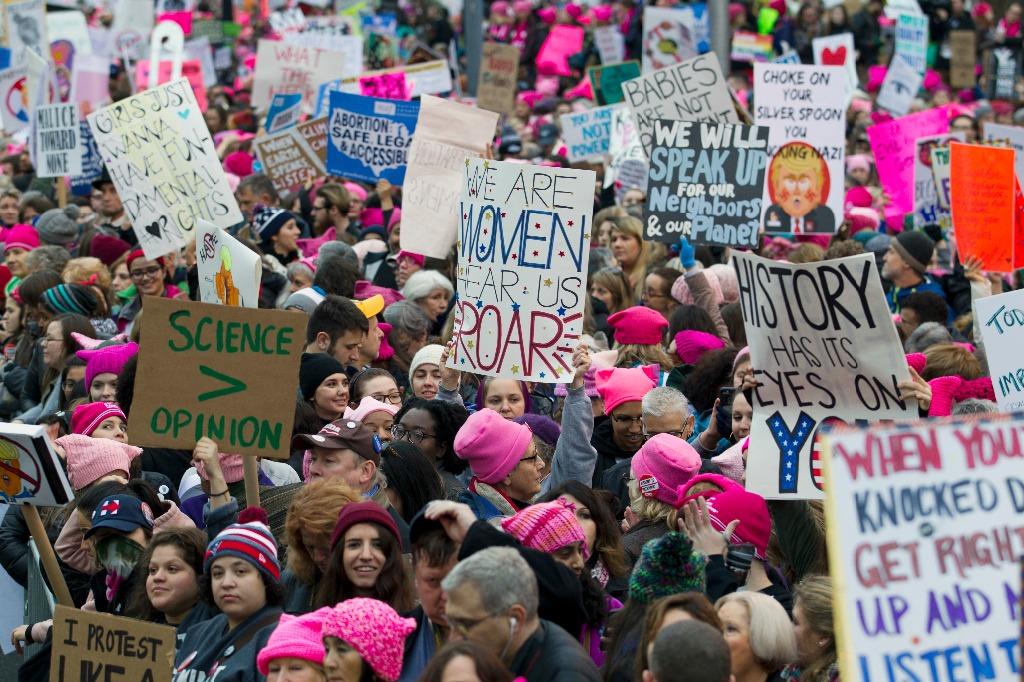 Multitudinaria concentración en la marcha de mujeres contra Trump